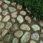 Обустройство прогулочной дорожки из камней на участке